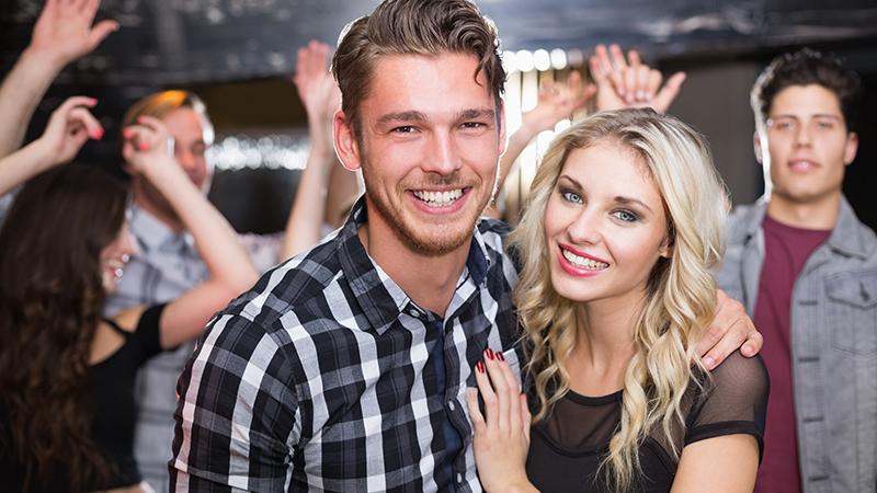 Mann und Frau flirten im Club