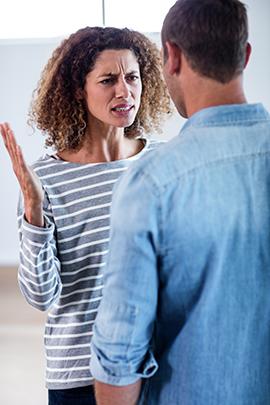 Frau und Mann streiten sich