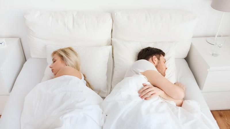 Paar im Bett will Beziehung retten nach Streit