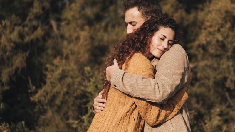 Körpersprache mann verliebt umarmung