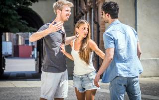 Ex-Freundin und neuer Freund streiten mit verlassenem Partner