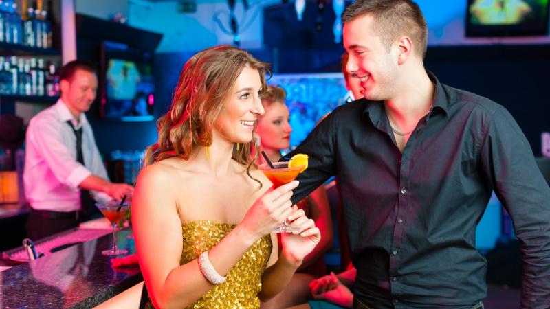 Mann in der Bar mit Frau will flirten lernen