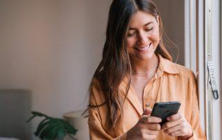 Frau liest WhatsApp-Nachricht mit Date-Vorschlag