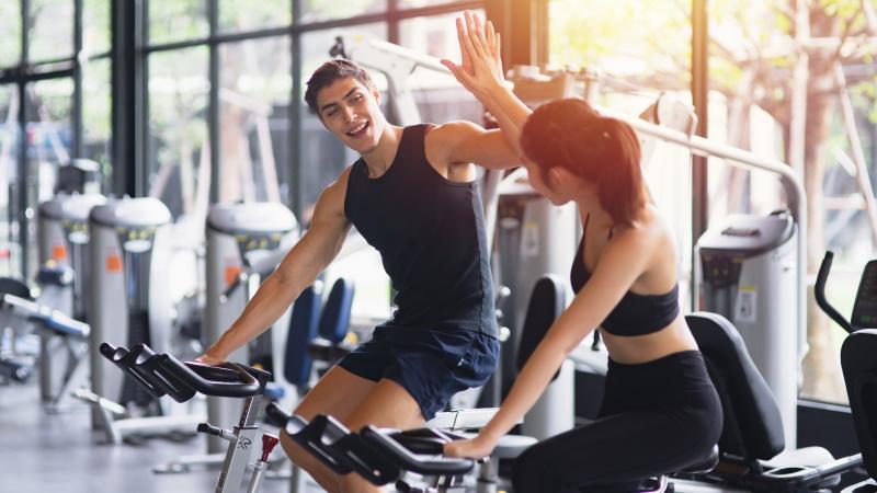 Mann und Frau flirten im Fitnessstudio