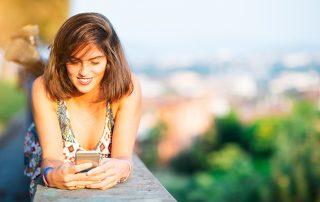 Frau schreibt auf Whatsapp