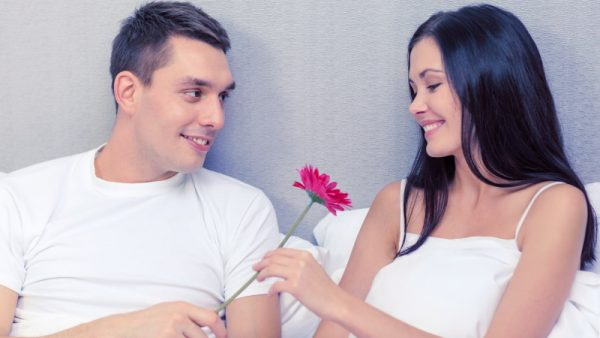Mann macht Frau ein Kompliment