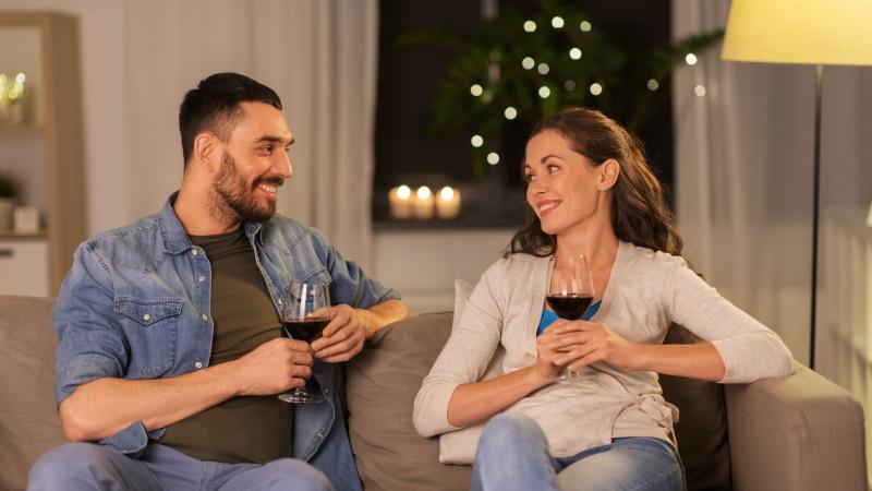 Mann und Frau beim Date auf dem Sofa
