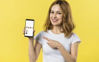 Frau zeigt kostenlose Tinder-Likes am Handy