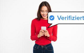 Nutzerin betrachtet verifiziertes Profil auf Tinder