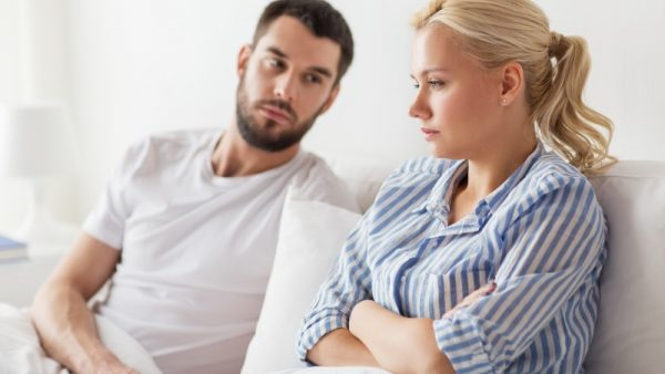 Mann und Frau auf dem Sofa wollen Trennung überwinden